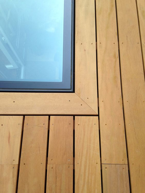 Vidrio transitable colocado plano en el suelo de la terraza en la azotea