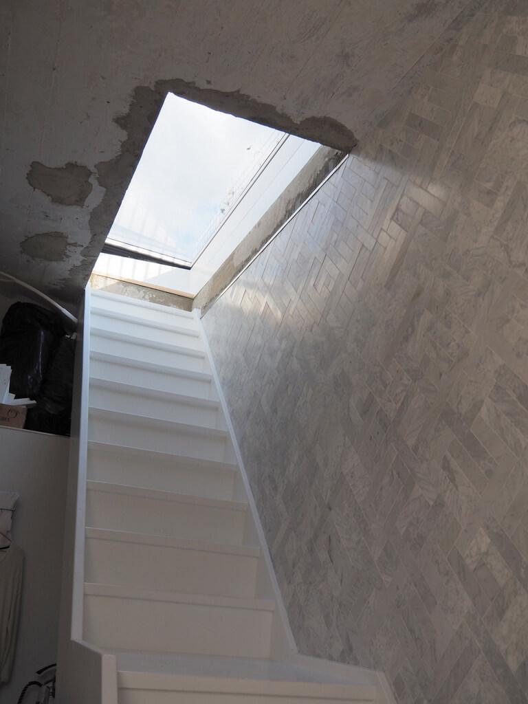 una trampilla de tejado eléctrica con «vista de solo cielo»